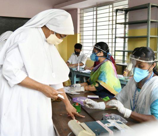 എറണാകുളം എസ്ആര്വി സ്കൂളിലെ ബൂത്തില് വോട്ട് ചെയ്യുന്ന കന്യാസ്ത്രീകള്