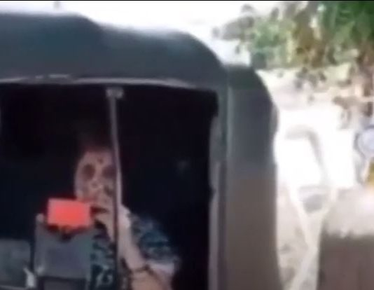 Satara woman waits in autorickshaw with oxygen cylinder