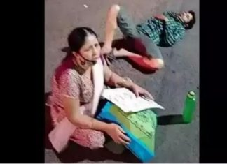 mother sitting on the road with her COVID positive son in Ahmedabad
