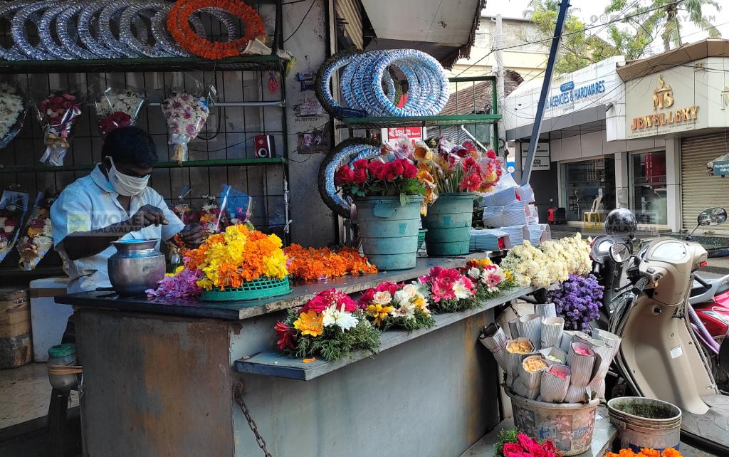 പൂകാരമുക്ക് പ്രവർത്തിക്കുന്ന പൂക്കട Flower Junction Kochi (c) Woke Malayalam