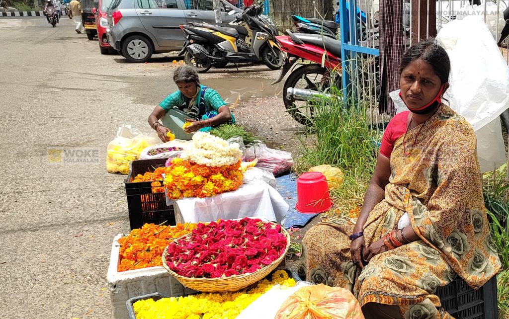 പരമാര ക്ഷേത്രത്തിനു സമീപം വര്ഷങ്ങളായി പൂക്കച്ചവടം നടത്തുന്ന പളനിയമ്മ Paramara Road, North Railway Station Kochi (c) Woke Malayalam