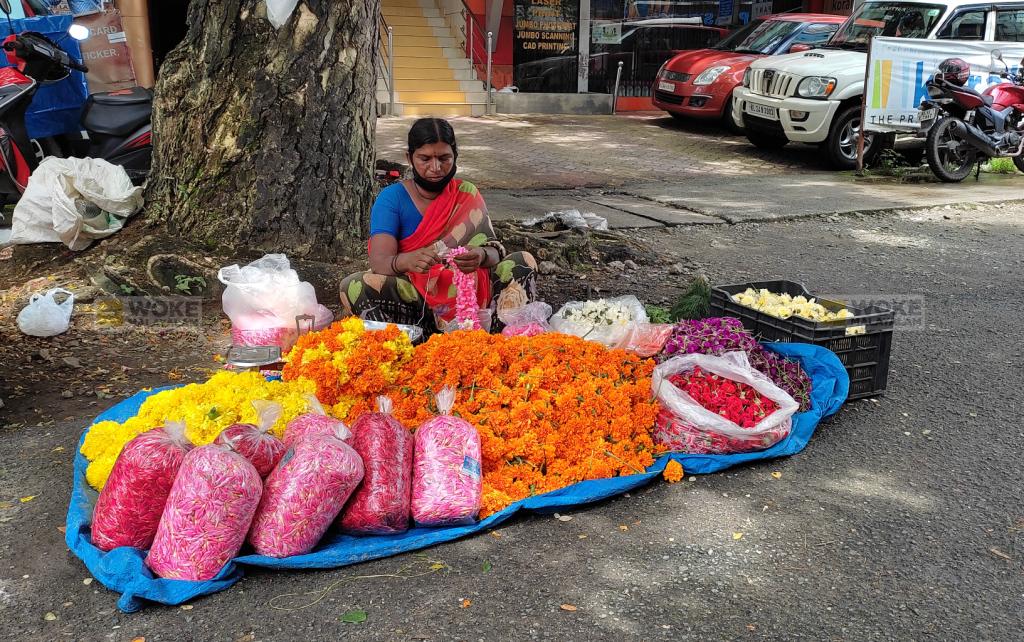 എറണാകുളം പരമാര റോഡിൽ പൂക്കച്ചവടം നടത്തുന്ന ചർച്ചിയമ്മ Paramara Road, North Railway Station Kochi (c) Woke Malayalam