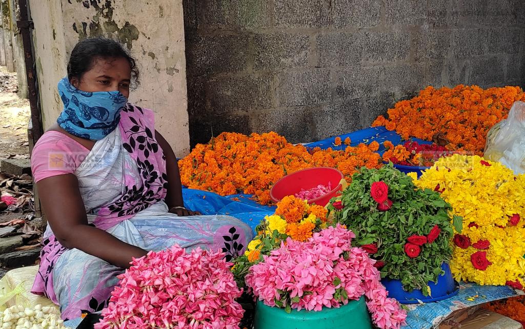 എറണാകുളം പരമാര റോഡിൽ Paramara Road, North Railway Station Kochi (c) Woke Malayalamപൂക്കച്ചവടം നടത്തുന്ന പളനിയമ്മ